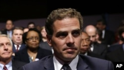 Hunter Biden, putera Wakil Presiden AS Joe Biden, saat menunggu debat Cawapres AS di Centre College, Danville, Ky (Foto: dok). Hunter Biden dikeluarkan dari Angkatan Laut AS karena positif menggunakan kokain.