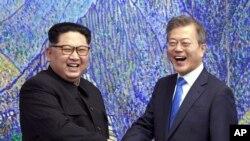 سران دو کره از ماه آوریل تا کنون دو بار در منطقه حائل مرزی بین دو کشور با یکدیگر دیدار کرده اند.