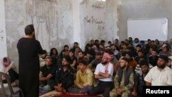 جلسه قرآن و آموزش های مذهبی احرار الشام در یکی از پایگاه های این گروه در استان ادلب - آرشیو
