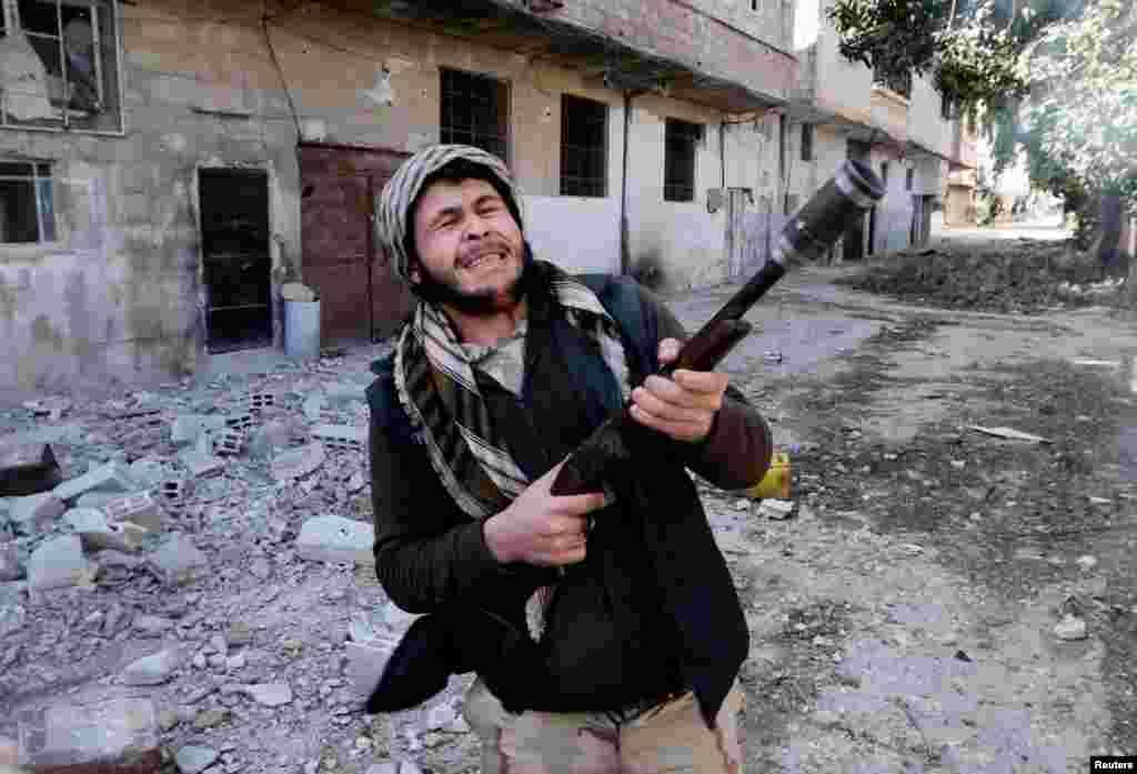 9일 다마스쿠스 근교에서 반군과 정부군과의 교전이 계속되는 가운데, 엽총을 든 반군 병사.