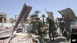 埃及軍人清理示威廣場。