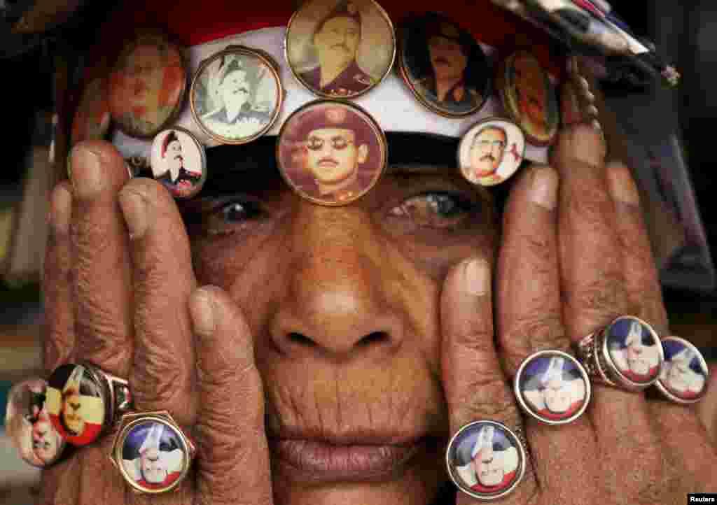 Yaman ayoli... Sobiq rahbar Ali Abdulla Solih va uning o'g'li Ahmad Ali Abdulla Solihni quvvatlab turgan namoyishchi. Sano, 3-mart, 2015.