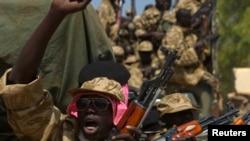 Tentara Sudan Selatan (SPLA) dalam sebuah kendaraan militer di Juba, 21 Desember 2013 (Foto: dok).