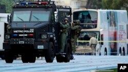 Los oficiales de SWAT de Las Vegas abandonan la escena del tiroteo, un autobús ubicado en la avenida Las Vegas Boulevard, el sábado 25 de marzo de 2017.