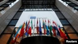 Bendera-bendera negara anggota terlihat berkibar di dalam markas Dewan Eropa menyambut penyelenggaraan KTT Uni Eropa di Brussels, Belgia, 14 Desember 2016. (REUTERS/Yves Herman)
