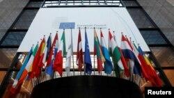 Bendera-bendera di dalam markas Dewan Eropa di Brussels, Belgia, 14 Desember 2016 (REUTERS/Yves Herman)