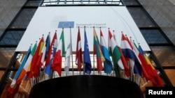 Bendera negara-negara anggota Uni Eropa di luar markas besar kelompok ekonomi tersebut di Brussels, Belgia, 14 Desember 2016. (REUTERS/Yves Herman)