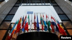 Bendera negara-negara anggota Uni Eropa terlihat dipasang di kantor pusat Uni Eropa di Brussels, Belgia, 14 Desember 2016 (Foto: dok).