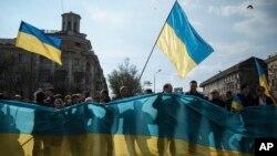 Những người ủng hộ Ukraine phất cờ trong cuộc biểu tình ở thành phố miền nam Mariupol, ngày 23/4/2014.
