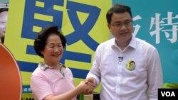 陳方安生(左) 與民主黨新界西立法會地區直選候選人尹兆堅 (美國之音湯惠芸拍攝)