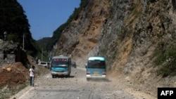 9月7日一次5.7级地震和多次余震袭击了贵州省和云南省交界昭通市附近地区之后,两辆大巴士设法穿过落石满地的山区公路