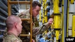 美國空軍人員測試網絡運作(美國空軍2020年2月11日)