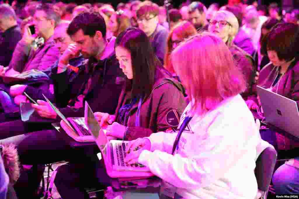 مراسم رونمایی از گوشیهای گلکسی اس ۹ سامسونگ در کنفرانس جهانی موبایل در بارسلون.
