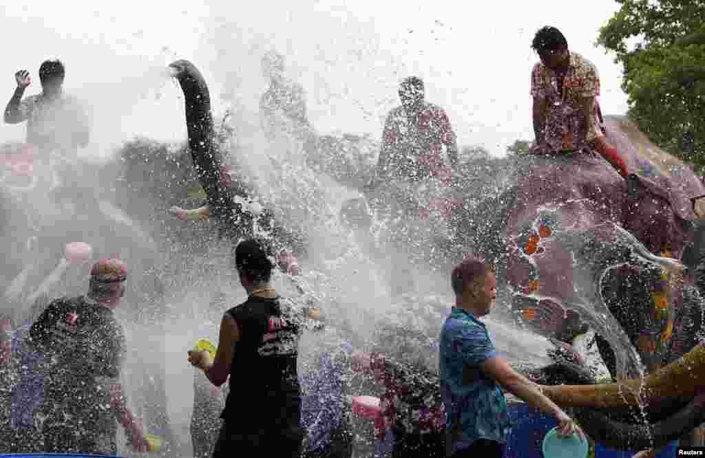 تھائی لینڈ میں سونکراں کا تہوار نئے سال کی خوشی میں منایا جاتا ہے۔