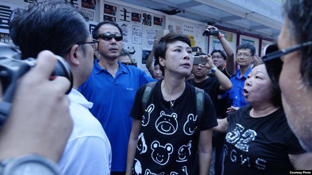 数名抗议者现身中大民主墙,表达反港独立场,与在场学生发生争执,校警出面干预。(2017年9月17日 Facebook 截图)