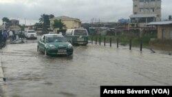 Difficile circulation automobile après la pluie, au quartier Mikalou, le 9 janvier 2020. (VOA/Arsène Séverin)