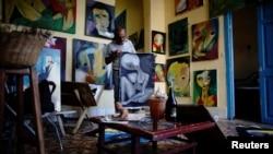 Painter Roberto Loeje shows his work at his studio in Havana, Cuba, September 14, 2018. Picture taken on September 14, 2018. (REUTERS/Alexandre Meneghini)