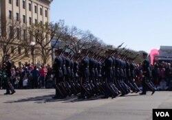 小规模美国陆军部队参加在华盛顿街头的节日庆祝游行。(资料照)