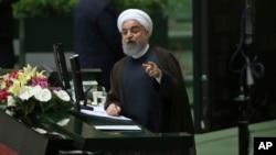하산 로하니 이란 대통령이 15일 의회에서 연설하고 있다.