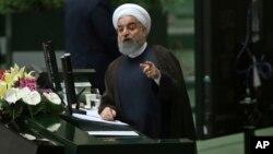 Presiden Iran Hassan Rouhani berbicara di depan anggota parlemen di Teheran, Selasa (15/8).