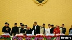 သမၼတ Barack Obama ကို မေလးရွားဘုရင္ Abdul Halimက ကြာလာလမ္ပူၿမိဳ႕မွာ ႏိုင္ငံေတာ္အခမ္းအနားျဖင့္ ႀကိဳဆိုဧည့္ခံစဥ္။ (ဧၿပီ ၂၆၊ ၂၀၁၄)