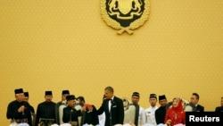 美国总统奥巴马和马来西亚国王哈利姆在国宴上碰杯