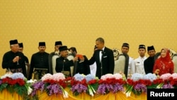 President Barack Obama toasts Malaysia's King Abdul Halim of Kedah during a state dinner at Istana Negara Palace in Kuala Lumpur, Apr. 26, 2014. At left is Malaysia's Prime Minister Najib Razak and at right is Queen Haminah.
