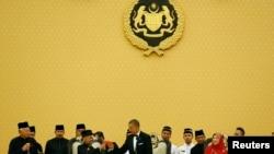Le président Barack Obama trinquant avec le roi Abdul Halim de Malaisie, sultan de l'État de Kedah, lors d'un dîner d'État à Istana Negara Palace à Kuala Lumpur, le 26 avril 2014. A gauche, le Premier ministre malaisien Najib Razak et à droite, la reine Haminah.