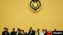 Presiden Barack Obama bersulang dengan Yang Dipertuan Agung Abdul Halim dalam makan malam kenegaraan di Istana Negara di Kuala Lumpur, 26 April 2014.