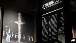 Una imagen y un listado explican los linchamientos de afroestadounidenses en Mississippi, en un museo estatal.