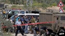 Forças isarealitas fazem o perímetro da investigação no local onde está o corpo do palestino que morto a tiro após esfaquear dois soldados israelitas