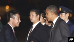 日本外相前原诚司11月12日在机场欢迎奥巴马抵达东京