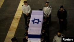 Peti jenazah mantan perdana menteri Israel Ariel Sharon dijaga oleh petugas keamanan parlemen (12/1). (Reuters/Ronen Zvulun)