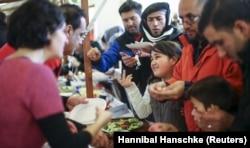 Berlin'de bir hayır kurumu tarafından işletilen Noel pazarında yiyecek yardımı alan sığınmacılar