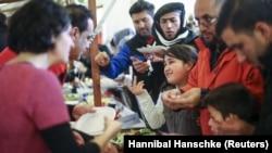 Người tị nạn nhận lương thực tại một trại tạm cư do tổ chức từ thiện Arbeiter Samariter Bund ở Berlin, Đức, thực hiện ngày 12/12/2015.