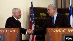 Menhan AS Robert Gates (kiri) dan PM Israel Benjamin Netanyahu dalam konferensi pers bersama setelah mengadakan pertemuan di Caesarea, Israel (25/3).