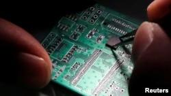 Semiconductor အီလက္ထရြန္းနစ္ ခ်စ္ပ္ျပားကို ထည့္ေနစဥ္