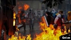 Estudiantes han lanzado cocteles Molotov a un camión que les lanzaba agua durante las manifestaciones del Domingo de la Resurrección.