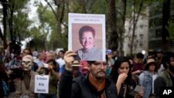 Seorang pria mengusung foto wartawan Meksiko, Miroslava Breach, yang ditembak mati di negara bagian sebelah utara Chihuahua, hari Kamis, dalam sebuah pawai di Mexico City, hari Sabtu tanggal 25 Maret 2017 (foto: AP Photo/Eduardo Verdugo)