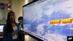 Government weather forecaster Loriedin De La Cruz briefs the media on Typhoon Melor at the weather bureau center in suburban Quezon city, northeast of Manila as it hits the eastern Philippines Monday, Dec. 14, 2015.