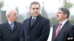 Le numéro un de l'agence de renseignement turque, Hakan Fidan (C) à Ankara.