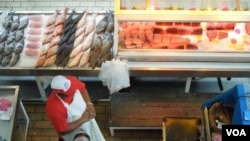 Sạp bán cá trong chợ ở trung tâm Pape'ete. (Ảnh: Bùi Văn Phú)