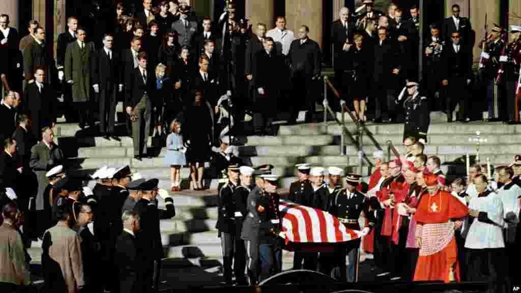 Đại diện của tất cả các quân chủng khiêng linh cữu Tổng thống John F. Kennedy ra khỏi Nhà thờ St Matthew tại Washington, ngày 25/11/1963.