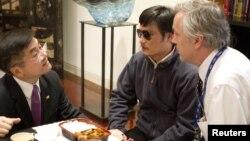 Dubes AS untuk Tiongkok, Gary Locke (kiri) berbicara dengan Chen Guangcheng (tengah) di Beijing (2/5). Foto: Kedubes AS di Tiongkok.