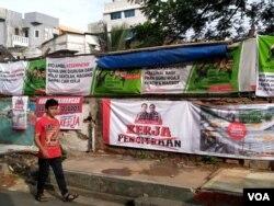 钟万学和竞争对手的广告贴满雅加达的大街小巷。(美国之音朱诺拍摄,2016年1月30日)