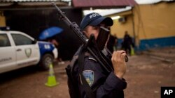 En el operativo se incautaron pasaportes, numerosas armas automáticas de diverso calibre, incluso un fusil AK-47 bañado en oro, y dinero en efectivo en lempiras, dólares y quetzales, se informó.