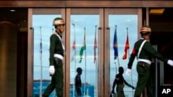 Quốc kỳ của các nước thành viên ASEAN và các nước đối tác phản chiếu trên cửa kính tại địa điểm tổ chức ASEAN ở Vientiane, Lào, 4/9/2016.