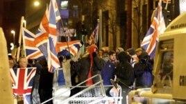 Lojalisti se sukobili sa policijom ispred gradske većnice u Belfastu