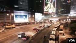 被佔領兩個半月的金鐘夏道星期四晚九點左右,西行線恢復通車(美國之音特約記者湯惠芸攝)