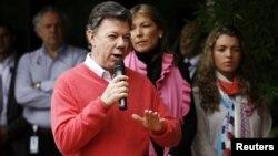 El presidente de Colombia Juan Manuel Santos habla a la salida del hospital donde fue operado, en Bogotá, el sábado 6 de octubre de 2012.